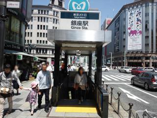 銀座駅のA2出口付近(鳩居堂など...